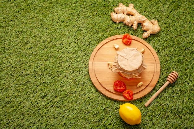 Pote de mel em uma placa de madeira e gengibre Foto gratuita