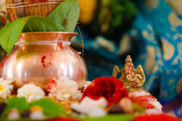 Pote hindu com flores Foto Premium