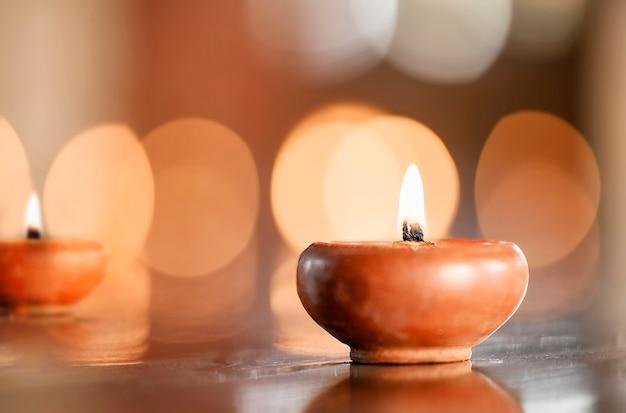 Potenciômetro da natureza da vela com luz, espaço da cópia para o texto ou exposição do produto. Foto Premium