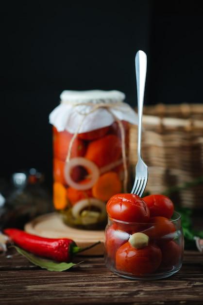 Potes caseiros de tomate em conserva. produto em conserva e enlatado. conceito de vegetarianismo Foto Premium