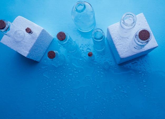 Poucas garrafas transparentes, sprays de água Foto Premium