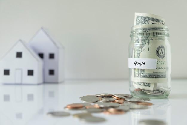 Poupar dinheiro para casa. Foto gratuita