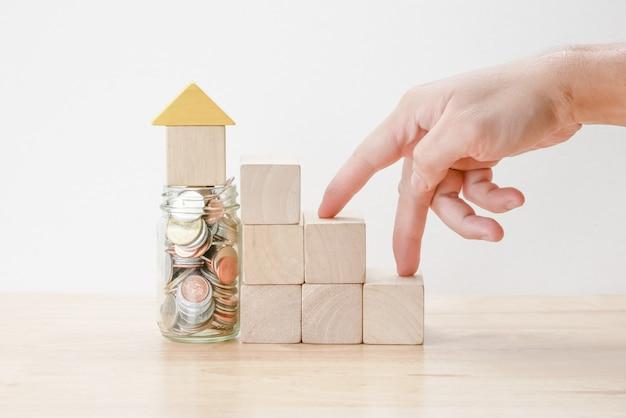 Poupar dinheiro para o conceito de hipoteca de investimento por casa de bloco de madeira Foto Premium