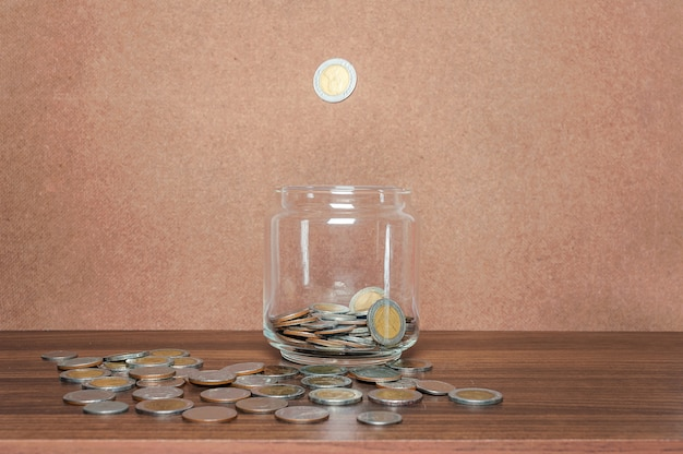Poupe dinheiro e conta bancária para o conceito de negócio de finanças Foto Premium