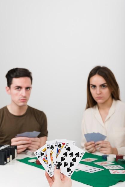 Pov jogando poker com amigos Foto gratuita
