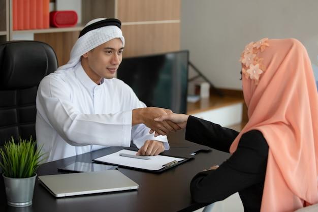 Povo muçulmano apertando as mãos Foto Premium