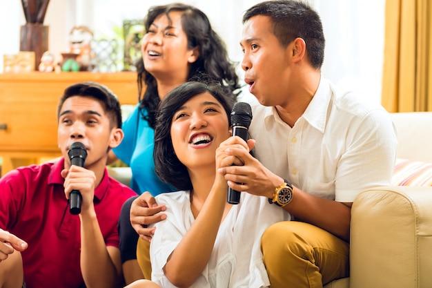 Povos asiáticos cantando na festa de karaokê e se divertindo Foto Premium