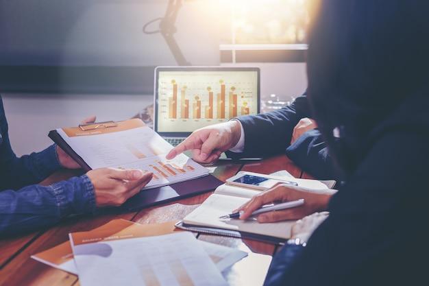 Povos de negócios, analisando dados juntos no trabalho em equipe para planejamento e inicialização de novo projeto Foto Premium