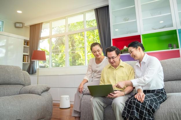Povos sênior asiáticos, avós usando tablet digital em casa, família feliz usando o conceito de tecnologia Foto Premium