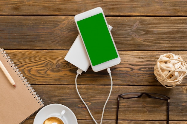 Powerbank carregando um smartphone Foto Premium
