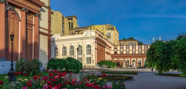 Praça do teatro e edifícios históricos em odessa Foto Premium