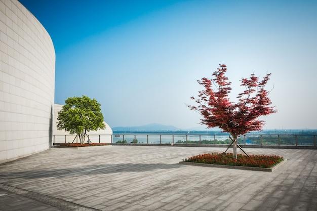 Praça pública com piso de estrada vazio no centro da cidade Foto gratuita
