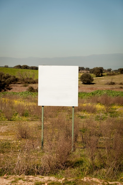 Prado bonito com um cartel em branco Foto Premium