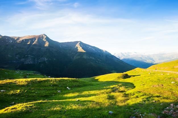 Prado das montanhas no pirenéus no verão Foto gratuita