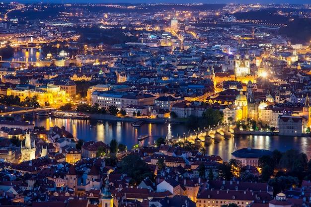 Praga na hora do crepúsculo azul, vista da ponte charles em vltava com mala strana e cidade velha Foto Premium