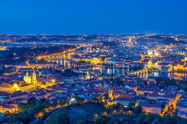 Praga na hora do crepúsculo azul, vista das pontes em vltava com mala strana, castelo de praga Foto Premium