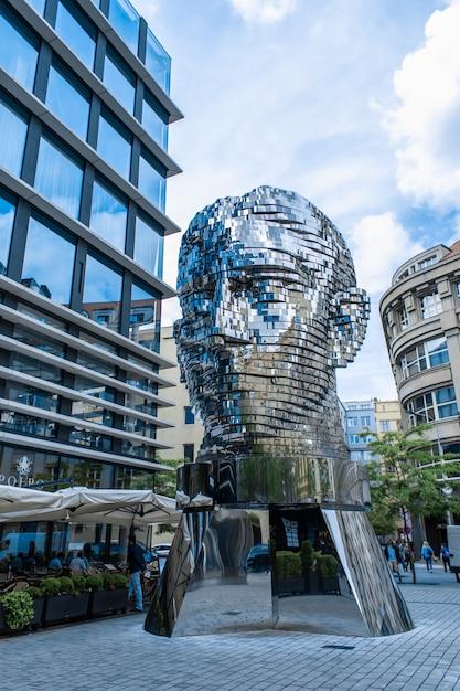 Praga / tcheco - 21.05.2019: cabeça em movimento franz kafka do monumento no centro de praga. objeto de arte cromada escultura brilhante de 64 placas. Foto Premium