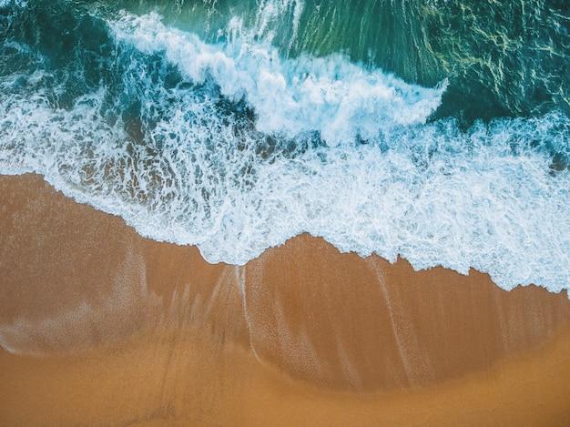 Praia cheia de pedras e ondas na espanha Foto Premium