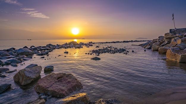 Praia da areia da ilha Foto Premium