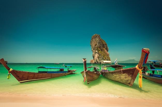 Praia da ilha de poda e barcos de cauda longa em krabi na tailândia Foto Premium