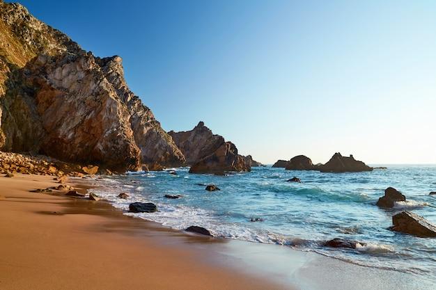 Praia da ursa em portugal Foto Premium