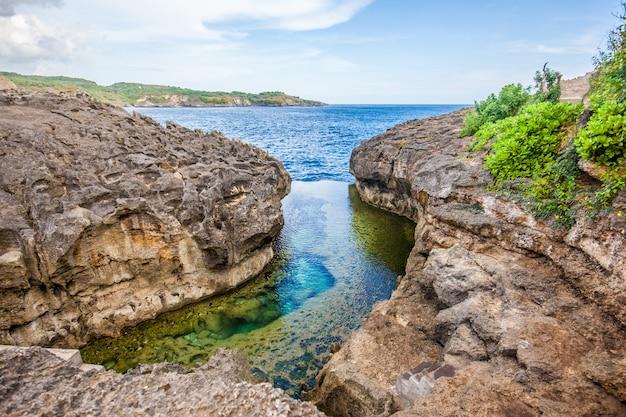 Praia de billabong do anjo, a piscina natural na ilha de nusa penida Foto Premium