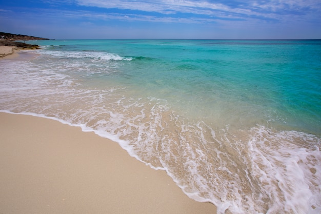 Praia de formentera es mitjorn turquesa Foto Premium