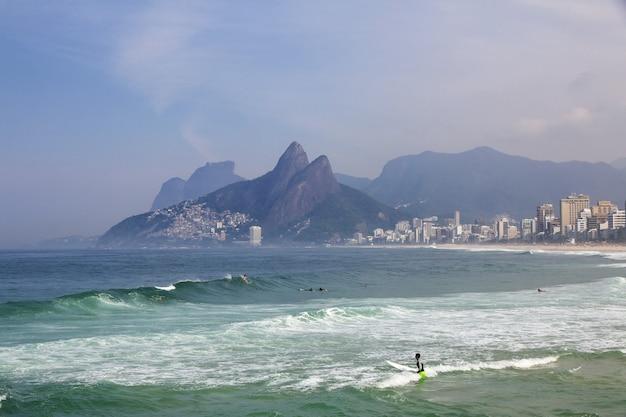 Praia de ipanema no rio de janeiro, brasil Foto Premium