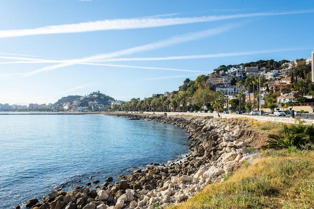 Praia de málaga com o passeio em um dia ensolarado Foto Premium