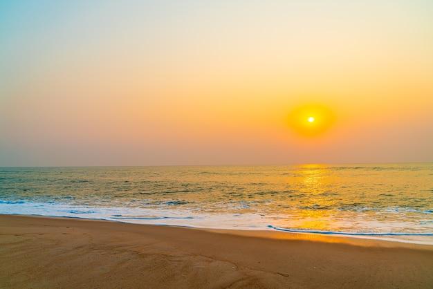Praia de mar vazio com pôr do sol ou nascer do sol Foto Premium