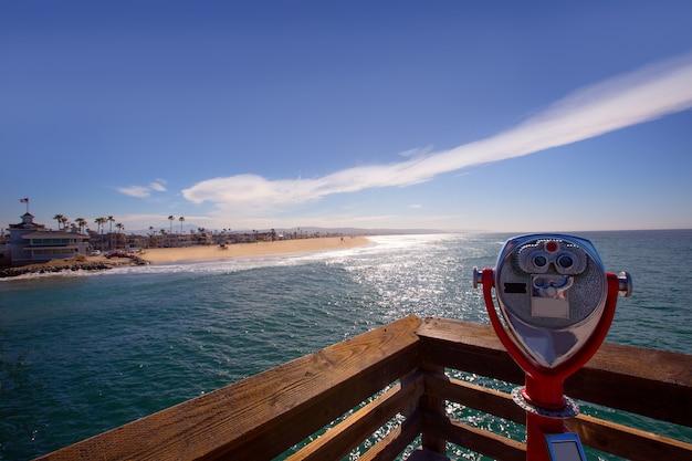 Praia de newport na califórnia vista do telescópio do cais Foto Premium