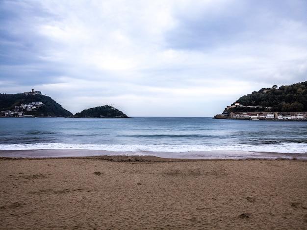 Praia de san sebastián. conhecida como la concha, espanha Foto Premium