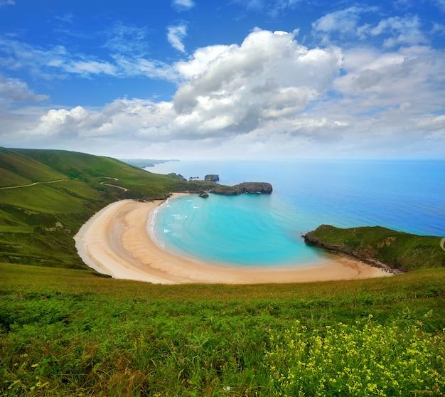Praia de torimbia nas astúrias perto de llanes a espanha Foto Premium