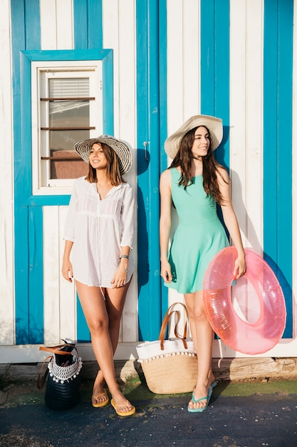 927cb89629 Praia e conceito de verão com duas mulheres Foto gratuita