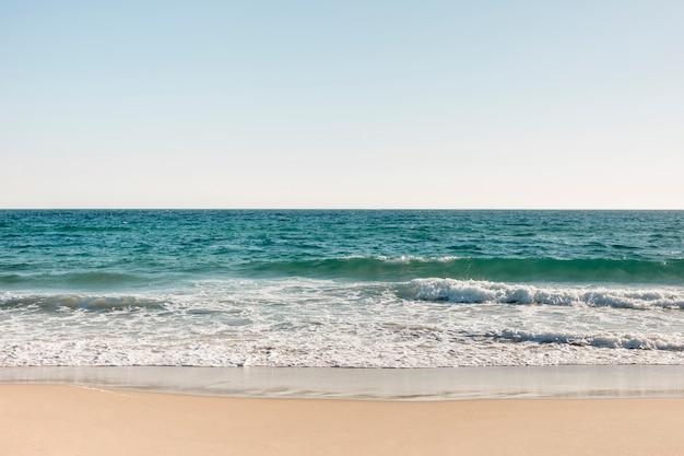 Praia e mar no verão Foto gratuita