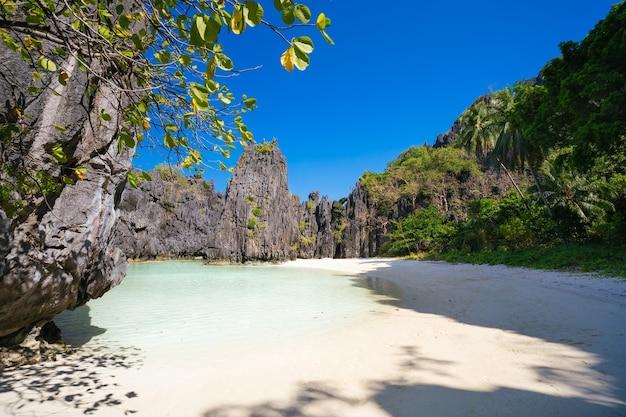 Praia escondida na luz da manhã em el nido, palawan, filipinas. Foto Premium