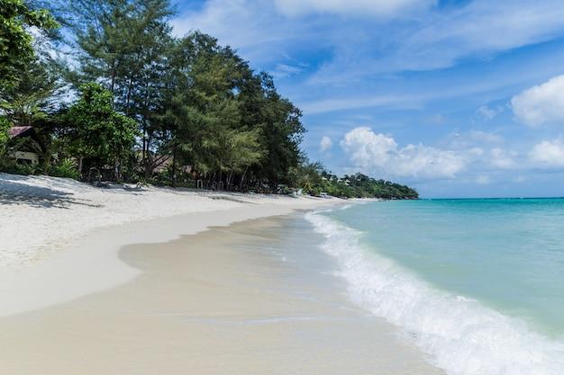 Praia exótica do deserto em ko phi phi. krabi, mar de andaman, tailândia Foto Premium