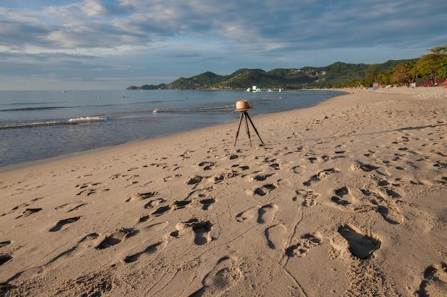 Praia na ilha tropical. água azul clara, areia, nuvens. Foto gratuita