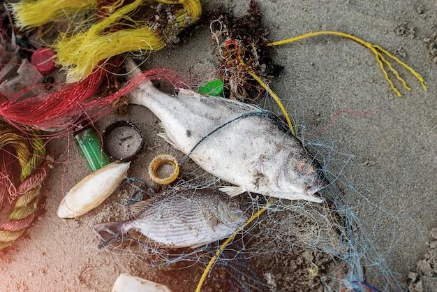 Praia suja do ambiente problemático do lixo plástico. Foto Premium