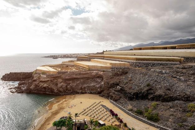 Praia tropical com falésias no fundo Foto gratuita