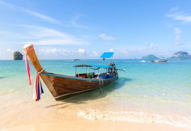 Praia tropical e barco Foto Premium