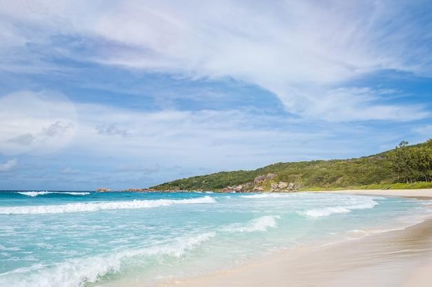 Praia tropical e litoral na ilha de mahe, seychelles Foto Premium