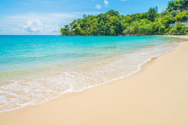 Praia tropical e mar Foto gratuita
