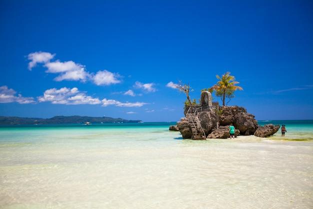 Praia tropical perfeita com água turquesa em boracay Foto Premium