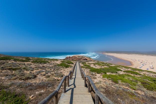 Praia tropical perfeita para passar as tardes de verão no algarve, portugal Foto gratuita