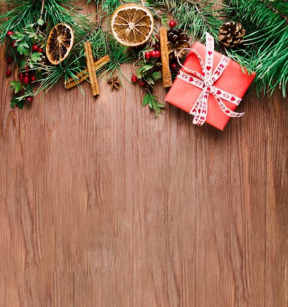 Prancha de madeira com ramo de natal Foto gratuita