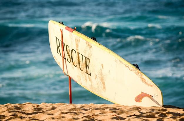 Prancha de salvamento do salva-vidas com ondas no fundo em sunset beach, oahu, havaí Foto Premium