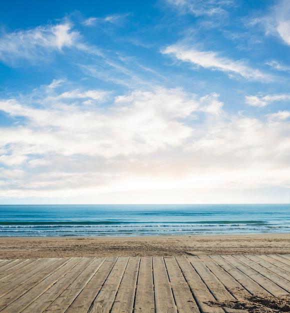 Pranchas com o horizonte na distância Foto gratuita
