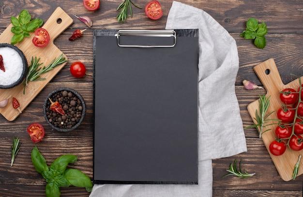 Prancheta com ingredientes de cozinha Foto Premium