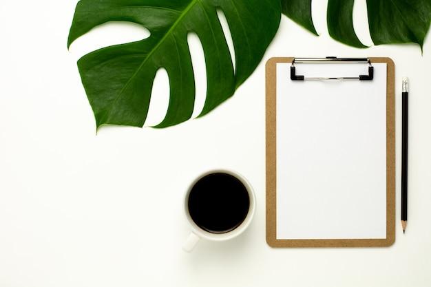 Prancheta e livro branco no fundo branco da mesa de escritório. flat lay design. Foto Premium